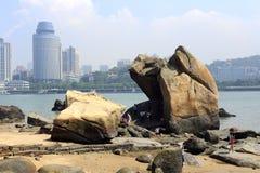 海滩和巨大的礁石 免版税库存照片