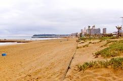 海滩和德班市地平线沿海看法  免版税库存照片