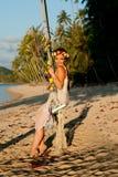 海滩和摇摆的妇女 免版税库存照片