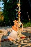 海滩和摇摆的妇女 免版税库存图片