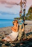 海滩和摇摆的妇女 库存图片