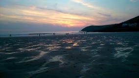 海滩和日落天空 免版税库存照片