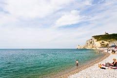 海滩和曲拱峭壁在Etretat附近在法国 库存照片