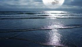 海洋和月亮 免版税图库摄影