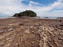 海滩和沙子与波浪蓝色海朗塔海岛的 免版税库存图片