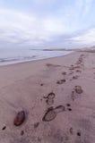 海滩和波浪在日出时间 免版税库存照片