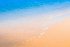 海滩和波浪在海 免版税库存图片