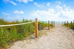 去海滩和海洋的沙子道路在迈阿密海滩佛罗里达 免版税库存照片