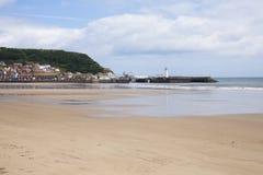 海滩和灯塔在斯卡巴勒 免版税库存照片