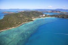 海洋和珊瑚礁包围的海岛 库存照片