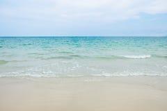 海滩和白色沙子平静的场面与蓝色海的在Samed是 免版税图库摄影