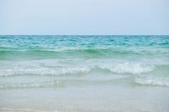海滩和白色沙子平静的场面与蓝色海的在Samet是 库存图片