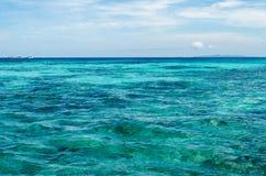 海洋和白色沙子, Similan海岛,泰国的大海 免版税图库摄影