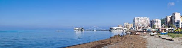 海滩和码头在都拉斯,阿尔巴尼亚 免版税库存图片