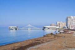 海滩和码头在都拉斯,阿尔巴尼亚 免版税库存照片