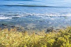 海滩和礁石从峭壁 图库摄影
