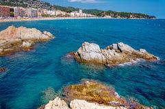海滨和背景的一个镇全景与岩石峭壁的 免版税库存图片