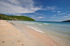 海滩和蓝天在春武里市泰国 库存照片