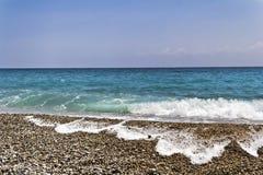 海滩和蓝色地中海 图库摄影
