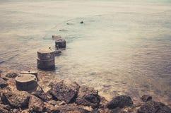 海滩和蓝色海葡萄酒 免版税图库摄影