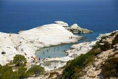 海滩和象月亮的岩石在sarakiniko希腊 图库摄影