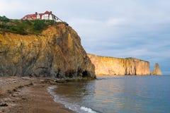 海滩和豪宅在峭壁, Perce被刺穿的岩石  图库摄影