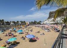 海滩和镇Puerto的de Mogan在大加那利岛 库存照片