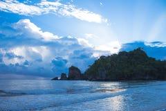 海滩和阳光反射深蓝树荫 免版税库存图片