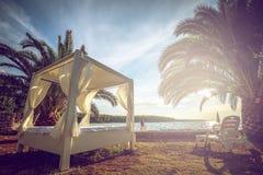 海滩在亚得里亚海的帐篷床 库存照片