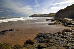 海滩在使孔,罗宾往Ravenscar的敞篷海湾吃惊 库存图片