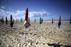 海滩在季节以后的结尾的多维尔诺曼底 免版税库存照片
