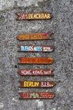 海滩在小卵石该死的墙壁上的酒吧标志 免版税图库摄影
