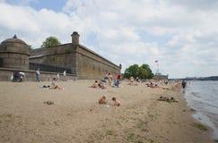 海滩在彼得和保罗堡垒多云天附近 圣彼德堡 库存图片