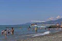 海滩在手段解决爱德乐 索契,克拉斯诺达尔地区,俄罗斯 免版税库存图片