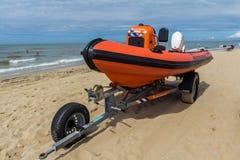海滩在拖车的救助艇 免版税库存图片