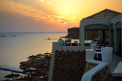 海滩在日落期间的豪华旅馆 免版税库存照片