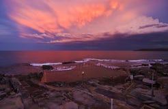 海洋在日落的游泳池 免版税库存图片