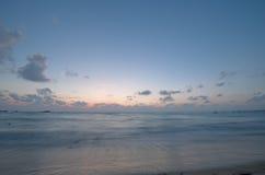 海洋在日落以后的晚上 免版税库存照片