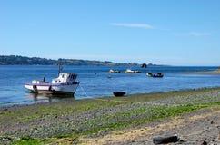 海滩在有低潮的Achao 库存照片