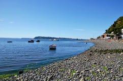 海滩在有低潮的Achao 免版税库存照片