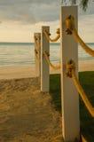 海滩在杆的绳索线 免版税图库摄影