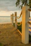 海滩在杆的绳索线 免版税库存图片
