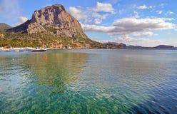 海水在海湾的鲜绿色颜色与在黑海海岸,克里米亚,诺维Svet的岩石 免版税库存图片