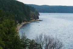 海滩在湖Turgoyak附近的娱乐中心 免版税库存图片