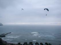 海洋在米拉弗洛勒斯秘鲁的天空滑翔机 库存图片