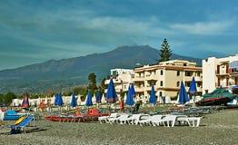 海滩在西西里岛和Etna 免版税库存图片