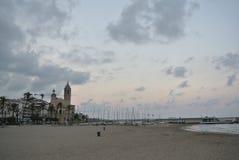 海滩在锡切斯,肋前缘Dorada,西班牙 免版税图库摄影
