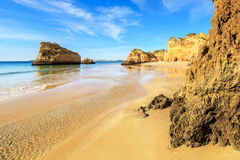 海滩在阿尔加威地区,葡萄牙 免版税库存图片