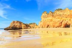 海滩在阿尔加威地区,葡萄牙 图库摄影