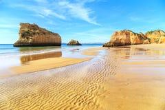 海滩在阿尔加威地区,葡萄牙 库存照片